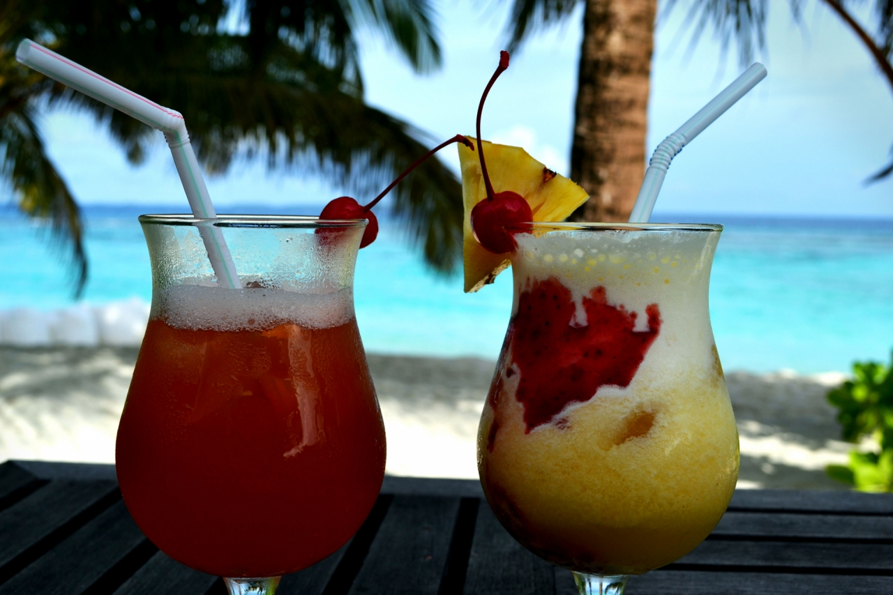 Cocktails on the beach during vacations in Maldives