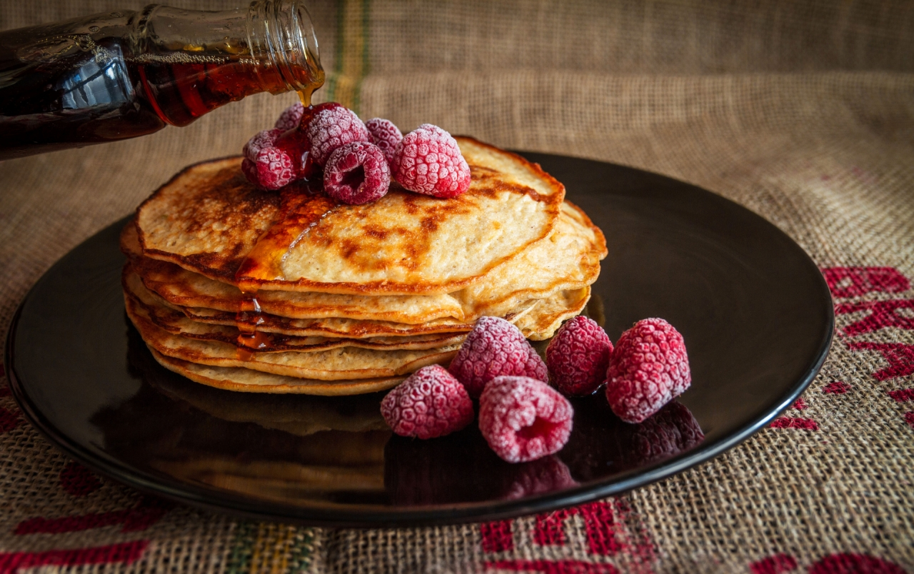 Pancakes with maple syrup and raspberries